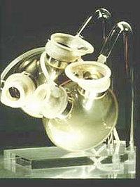 Имплантация искусственного сердца - модель искусственного сердца, разработанного в Берлине. Эта модель была впервые имплантирована профессором Хетцером в 1987 г.